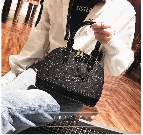 [ พร้อมส่ง ] - กระเป๋าถือ/สะพาย สีดำ ดีไซน์สวยหรู ฟรุ้งฟริ้ง วิ้งค์ๆทั้งใบ ใบกลางๆ ห้อยดาว งานสวยมาก