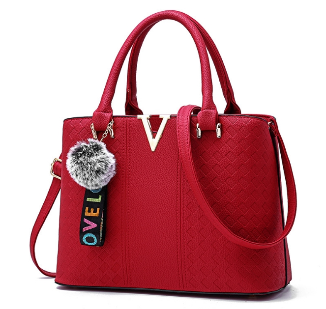 [ พร้อมส่ง ] - กระเป๋าแฟชั่น ถือ/สะพาย สีแดง ตกแต่ง V ด้านหน้า ทรงตั้งได้ ดีไซน์สวยเรียบหรู ดูดี งานหนังสวยค่ะ + แถมฟรีปอมๆ