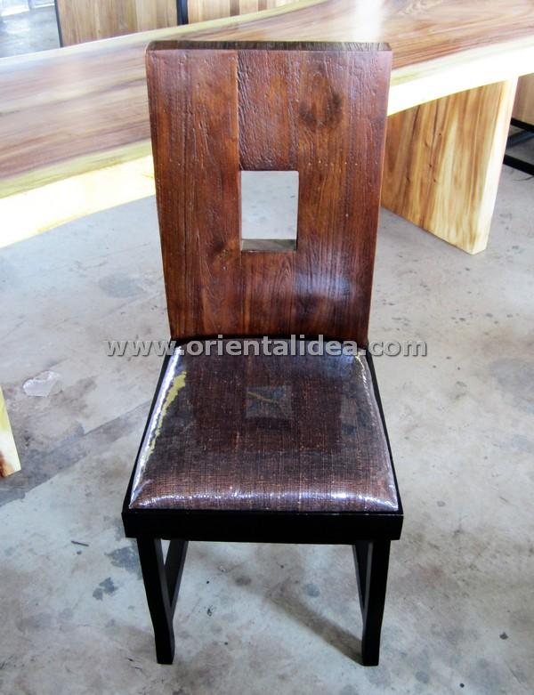 เก้าอี้ไม้สักพร้อมเบาะรองนั่ง CH-96