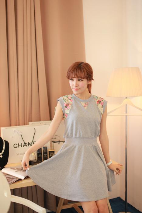 """""""พร้อมส่ง""""เสื้อผ้าแฟชั่นสไตล์เกาหลีราคาถูก Brand Chuvivi เดรสผ้าฝ้ายสีเทา แขนกุด รอบแขนและคอแต่งผ้าลูกไม้สี เอวยืด ไม่มีซับใน"""