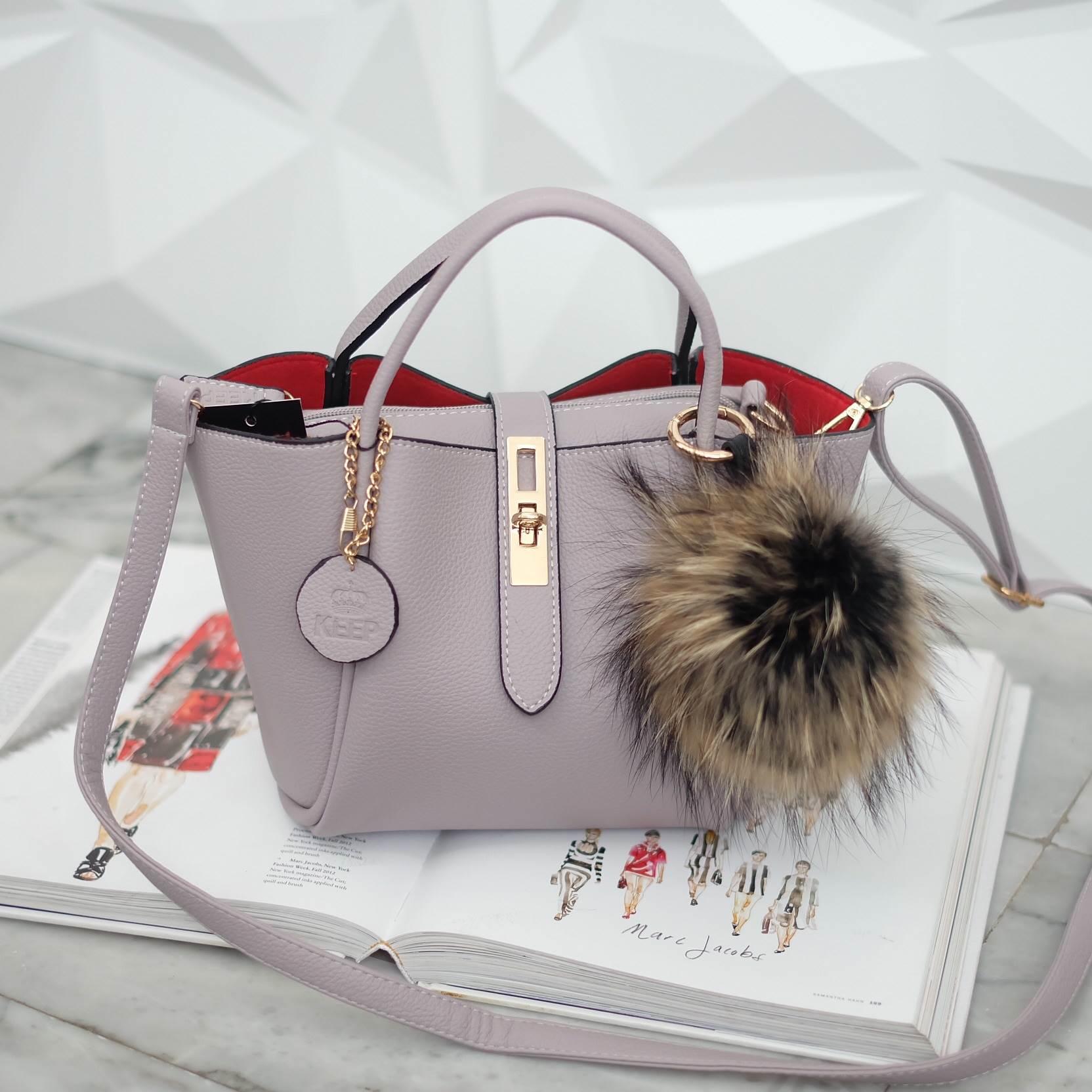 กระเป๋าสะพาย มาพร้อมปอมๆ KEEP Everyday Keep Handbag ราคา 1,390 บาท Free Ems