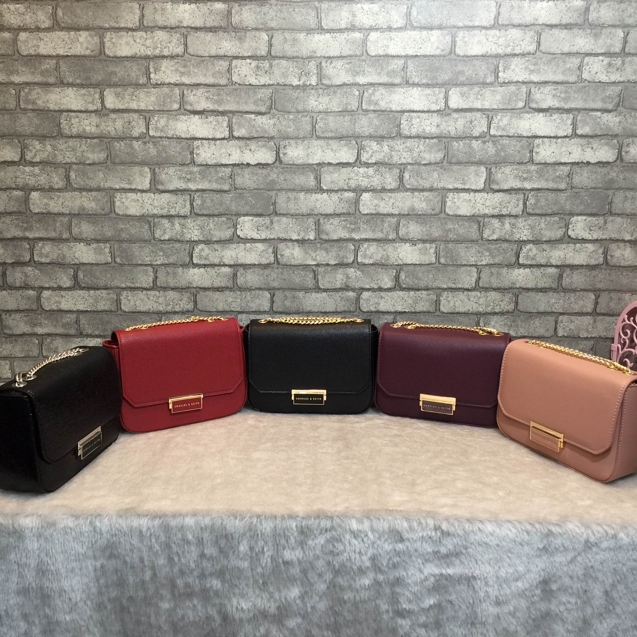 CHARLES & KEITH Push-Lock Chain Sling Bag 2018 มีพร้อมส่ง 5 สีค่ะ * สินค้า outlet