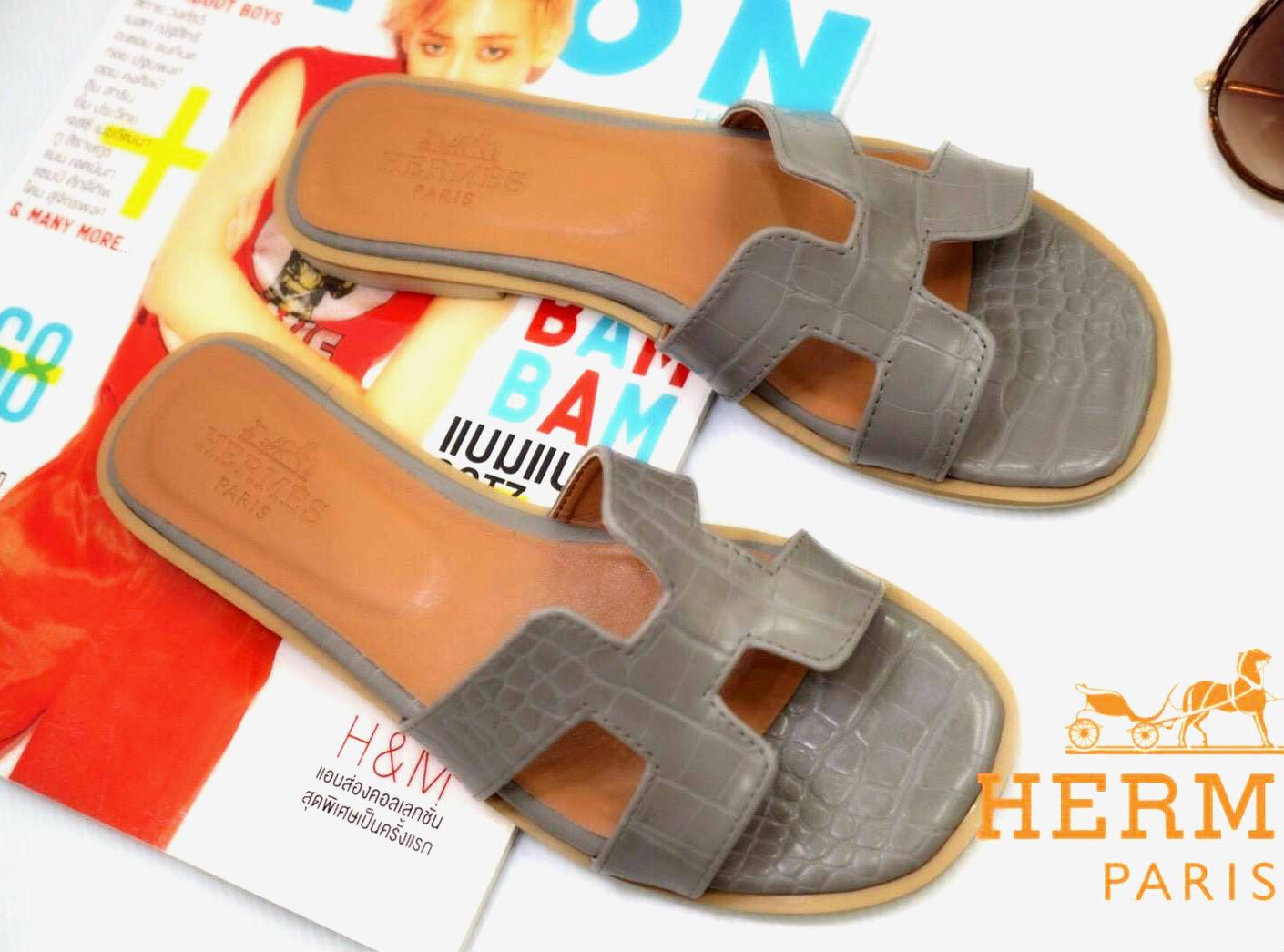 รองเท้าแตะแฟชั่น แบบสวม หน้า H สไตล์แอร์เมส ลายหนังงูสวยเรียบหรู ทรงสวย หนังนิ่ม ใส่สบาย แมทสวยได้ทุกชุด (HM21)
