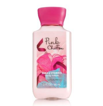 **พร้อมส่ง**Bath & Body Works Pink Chiffon Shea & Vitamin E Body Lotion 88 ml. โลชั่นบำรุงผิวสุดพิเศษ กลิ่นหอมใหม่ที่หอมมากๆ กลิ่นของผลแพร ผสมกับกลิ่นของกล้วยไม้ กลิ่นวนิลานุ่มๆ และกลิ่น Chiffon Musk ผสมผสานกลิ่นได้หอมหวานลงตัวสุดๆคะ ,