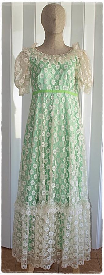 Sold เดรสยาว แขนตุ๊กตา ต่อใต้อก ซิปหลัง ผ้าลูกไม้ สีขาว ซับใน สีเขียว