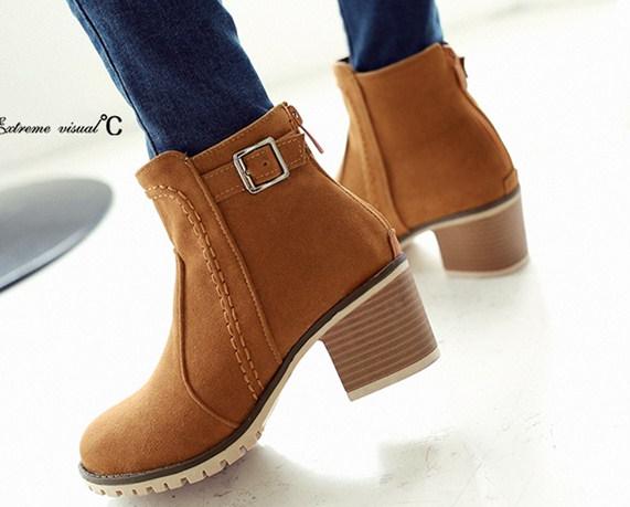 รองเท้าบูทส้นสูงประดับเข้มขัด