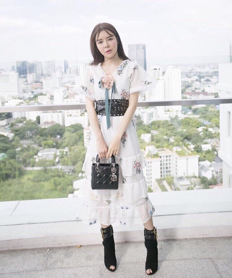 เสื้อผ้าแฟชั่นเกาหลี New Arrival … Don't Miss!! Normal Ally Present Embroider flower W.L new collection dress