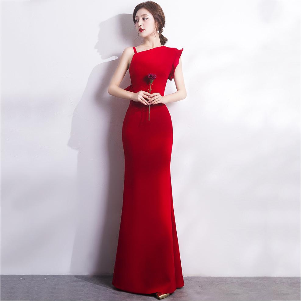 ชุดราตรียาวสีแดง ไหล่เฉียงข้าง สาวๆที่กำลังหาชุดออกงาน / ชุดไปงานแต่งานสไตล์เรียบหรู สวยหรู ดูดี