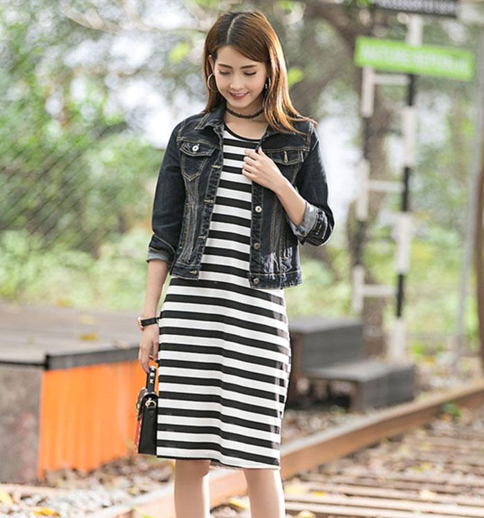 เสื้อยีนส์ผู้หญิง แจ็คเก็ตยีนส์ เสื้อคลุมยีนส์ แฟชั่นสไตล์เกาหลี สีดำ แขนยาว มีกระเป๋าสองข้าง คอปก ตัวสั้น ผ้ายีนส์ดำสวยมากๆ เลยจ้า