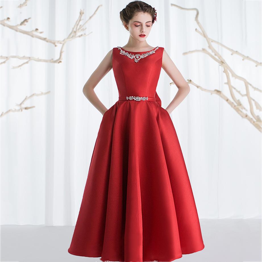 ชุดราตรียาวสีแดง ดีเทลแขนกุด ช่วงคอและเอวแต่งประดับเพชรเป็นสร้อยสวยหรู สวยเป๊ะมากกกก งานเย็บเนี๊ยบ ใส่เป็นทรงสวยเหมือนแบบ