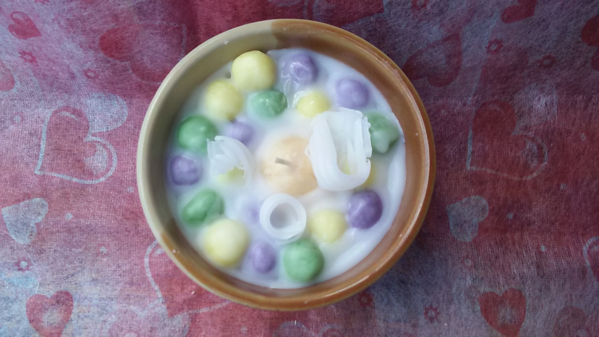 เทียนบัวลอยไข่หวานในถ้วยเซรามิกทึบ