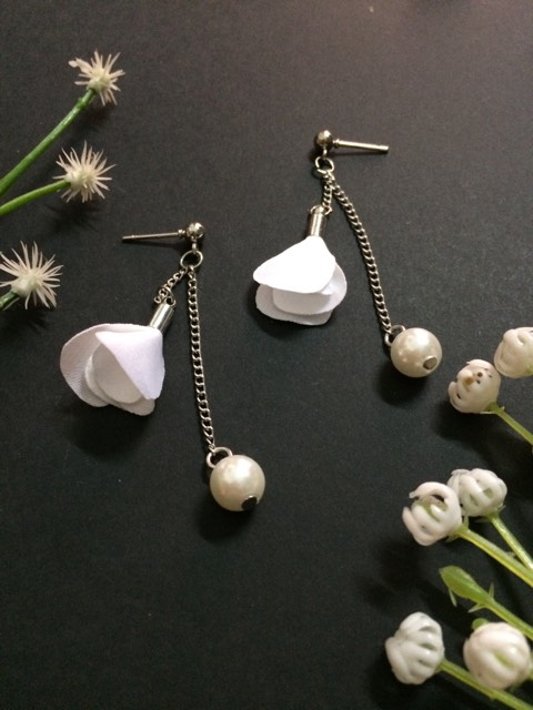 White flower thin chain drop earrings