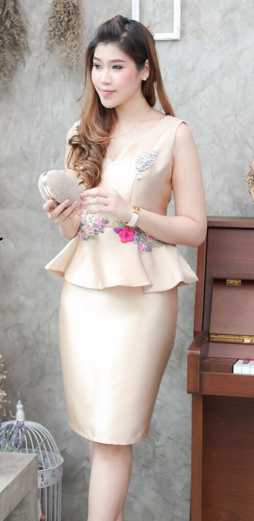 (Size L) ชุดไปงานแต่งงาน ชุดไปงานแต่ง สีทอง ผ้าไหมคอวีเอวระบาย มีดีเทลที่เอวแต่งระบายและปักลูกไม้อย่างดีเป็นลูกไม้สั่งทำพิเศษเป็นงานปักด้วยมือ(Handmade) งานละเอียดปราณีตสุดๆเลยคะ
