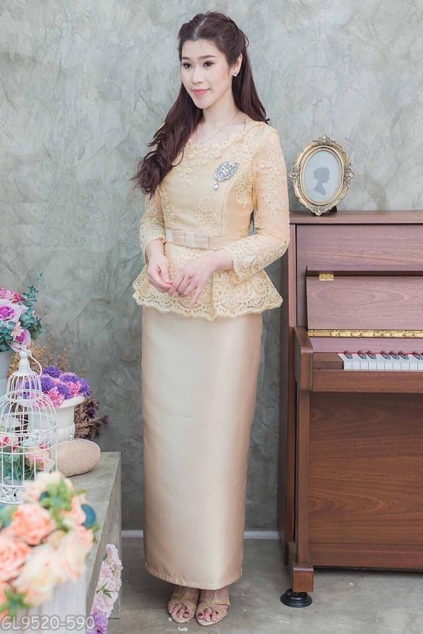 (XL,2XL) ชุดแม่เจ้าสาว ชุดแม่เจ้าบ่าว ชุดไปงานบุญงานบวชสีทอง Set เสื้อลูกไม้คอวี เอวระบายตัวเสื้อทางร้านใช้ผ้าลูกไม้อย่างดีสั่งทำพิเศษ มาพร้อมกระโปรงผ้าไหมอย่างดีสีพื้นทรงสอบผ้าสวยมากๆคะ