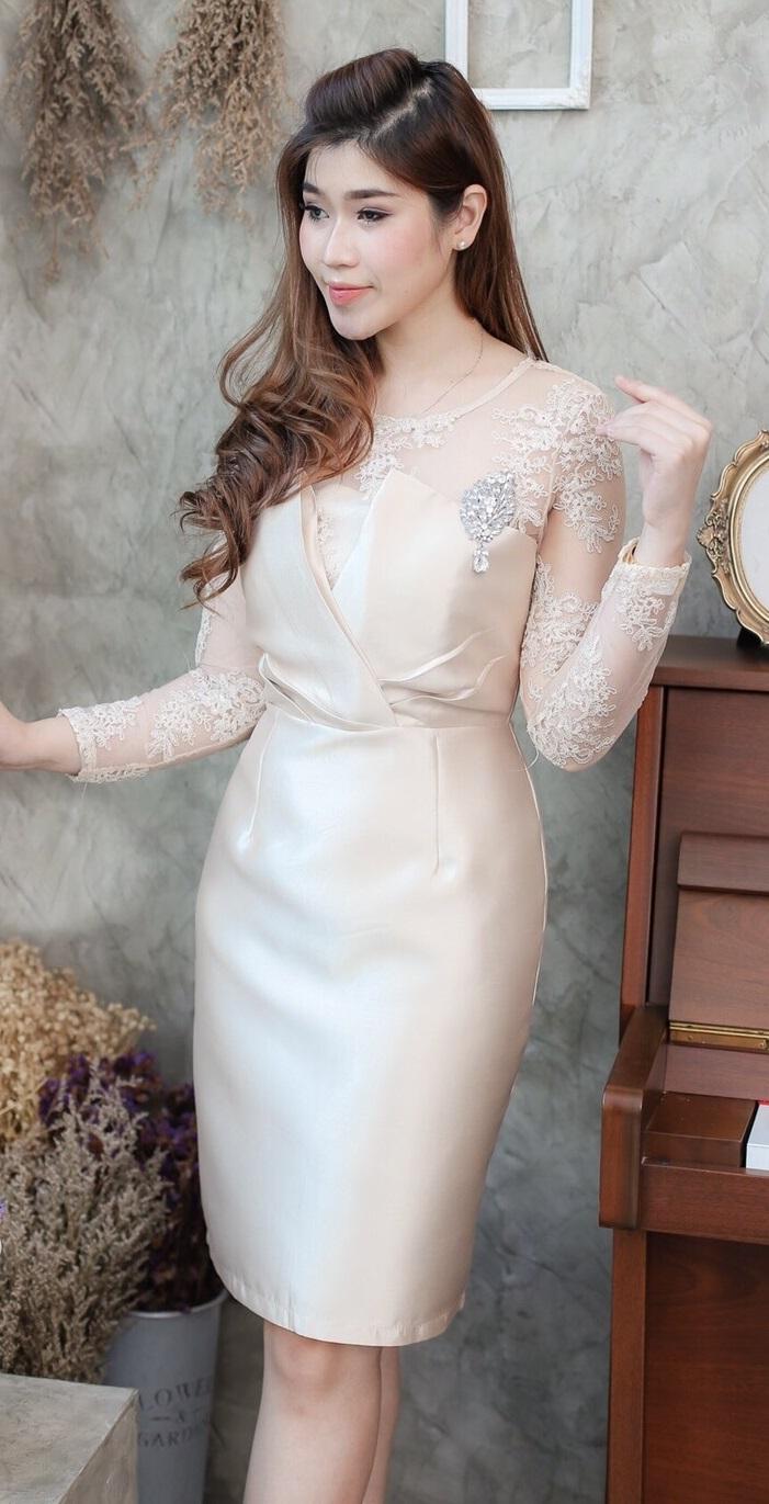 (Size M ) ชุดไปงานแต่งงาน ชุดไปงานแต่งสีทอง เดรสผ้าไหมทรงไขว้แต่งลูกไม้แขนยาว ด้านบนแต่งด้วยลูกไม้ออแกนดี้สั่งทำพิเศษมีลายดอกไม้ในตัว