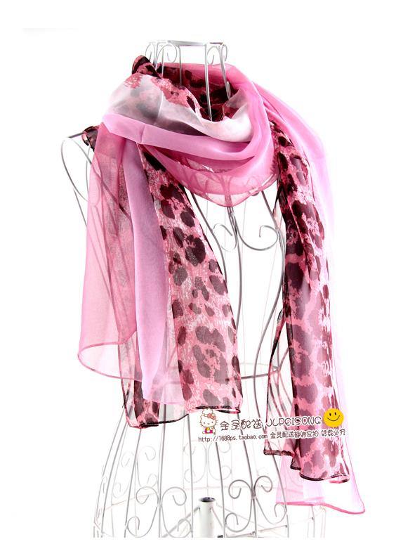 ผ้าพันคอผ้าไหม ลายเสือดาวคอมเพล็กซ์สีชมพู ( รหัส P146 )