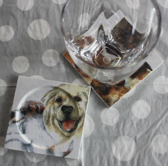 ที่รองแก้ว แพ็คคู่ ลายน้องหมาน่ารัก มีร่องรองน้ำค่ะ