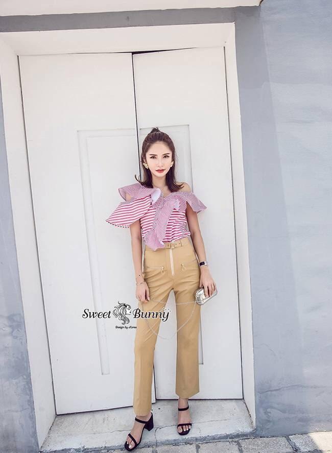 ชุดเซ็ทเสื้อ+กางเกง งานเกาหลีแท้ เสื้อผ้าคอตตอนเชิ้ตพิมพ์ลายริ้วสีขาวแดง เสื้อทรงสวยเก๋เปิดไหล่ข้างนึง อกเย็บทรงระบายๆ รอบด้านหน้า ใส่แมทกับกางเกงสีครีมทอง