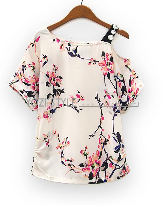 Pre Order - เสื้อแฟชั่น ผ้าชีฟองพิมพ์ลายหวาน โชว์ไหล่ซ้าย สายเสื้อแต่งเพชร สี : ขาวครีม / สีเขียว