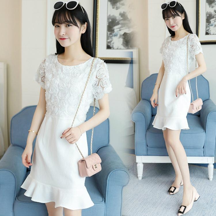 ชุดเดรสสีขาว ตัวเสื้อผ้ารูปดอกกุหลาบสามมิติ ลายนูนออกมาจากตัวชุดสีขาว