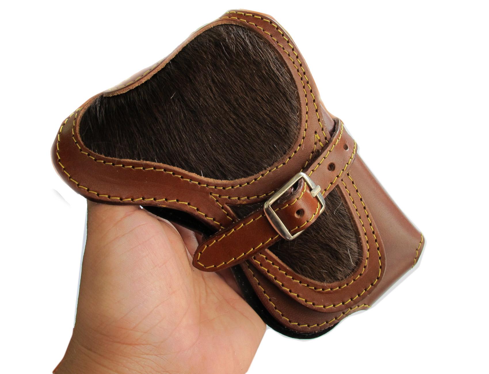 กระเป๋าใส่โทรศัพท์ หนังวัวแท้ ประดับด้วย ขนวัว และเข็มขัดเพื่อยึดตัวกระเป๋า