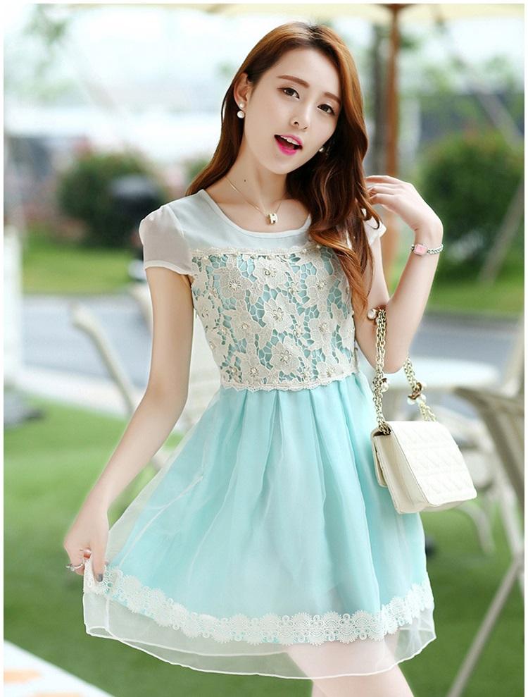 ชุดเดรสสั้น ตัวเสื้อผ้าชีฟองสีขาว หน้าอกเสื้อผ้าปักรูปดอกไม้ แต่งมุกสีขาว กระโปรงผ้าชีฟองสีฟ้า เย็บซ้อนด้วยผ้าไหมแก้ว