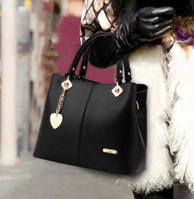 Pre-order ขายส่งกระเป๋าผู้หญิงถือและสะพายข้าง แต่งจี้ห้อยหัวใจแฟชั่นสไตล์ยุโรป รหัส Yi-5208 สีดำ
