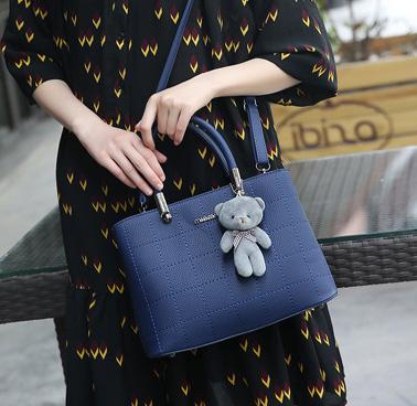 Pre-order กระเป๋าถือและสะพายข้างผู้หญิง เย็บลายตาราง แฟชั่นเกาหลี รหัส KO-9093 สีน้ำเงิน * แถมตุ๊กตาหมี