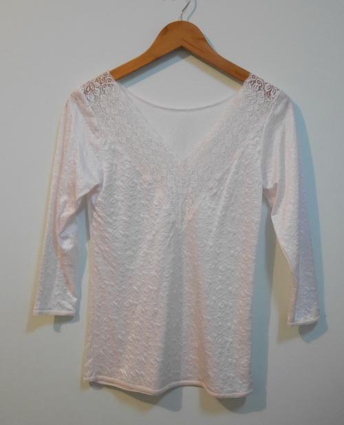 jp3577 เสื้อนอนผ้า cotton ผสม Spandex ทอลายในเนื้อผ้า สีครีม รอบอก 33-34 นิ้ว