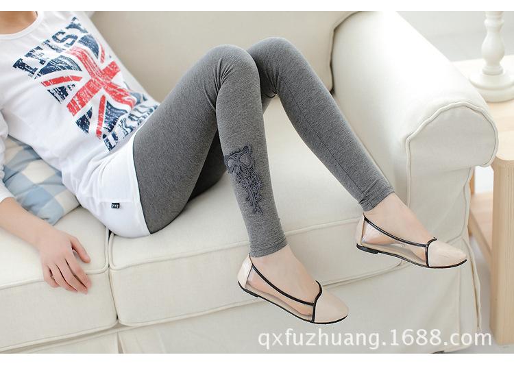 เลกกิ้งคนท้องขายาว สีเทาเข้ม มีแต่งลูกไม้ที่รูปโบว์ที่ปลายขา เอวปรับสายได้ค่ะ