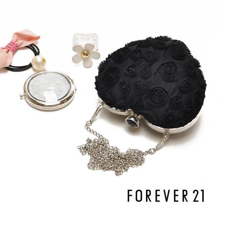 Forever 21 กระเป๋าทรงหัวใจผ้าลูกไม้
